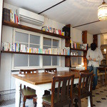 ニコラ - ('13/03)注文後の待ち時間は書棚の本でも読みながら待つもよし