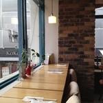 カフェ モアラ - 窓向きカウンター席
