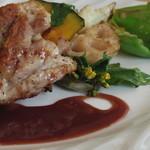 グリーングラス - 鶏と季節の野菜のグリル赤ワインソース
