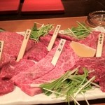 炭火焼肉 仁 - 2013/02撮影 盛り合わせに部位の札が付いてました