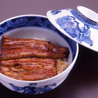 関東風の蒲焼が載せられた【鰻大丼】には、職人の技が光る
