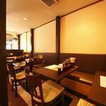 アジアン食堂 - 明るく広々とした店内