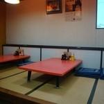 北京 - お座敷風景!ここも濃いめの朱色のテーブルが美しい