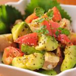 DEIGO - 女性に人気!アボカドとトマトのサラダはうれしいラフテー入り♪900円