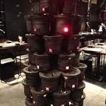 炭火焼ホルモン ぐう - 入り口を入ると七輪タワーのオブジェ!