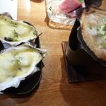 和鮮食場 一心 - 左牡蠣チーズ焼き、右帆立バター焼き