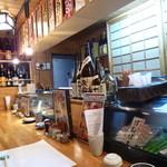 和鮮食場 一心 - カウンター席、居酒屋雰囲気満載