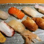 桜寿し - 680円のランチ・・河童巻きが付くようですが、稲荷に変更できるということで変更しました。  サーモン・蛸・カンパチ・玉・稲荷。