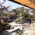 フレンチダイニング竜 - 店内から見える日本庭園