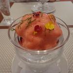 ビストロ ダイア - こちらは苺のバリエ。苺や木の実のシロップ漬けの上には、蜂蜜ジェラートと酸味のあるエスプーマ