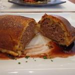 ビストロ ダイア - ご覧のようにカリッと焼かれたパイの中はびっちりハンバーグです。