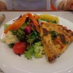 ビストロ ダイア - いつものキッシュロレーヌは、ベーコン、タマネギ、ブルーチーズ。2013年バージョンは、色鮮やかな野菜がいっぱい!