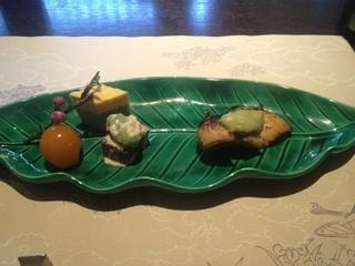 本城 - 焼き物 きんめのアボガドのせ焼き 菱餅に見たてた三段しんじょう きんかん、桃の花、白和え