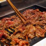 松ちゃん焼肉道場 - 店主が牛丼を調理してくれます。