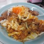 重松飯店 - 黄身と焼豚とご飯を混ぜていただきます