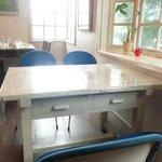 川辺の茶屋 - テーブル席