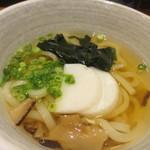 居酒屋 朝次郎 -  ミニうどんはワカメとかまぼこの入ったミニうどん、イリコ出汁の美味しいうどんです。