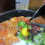 居酒屋 朝次郎 - これに特製の胡麻ダレ醤油をぶっかけると美味しいまぐろ漬け丼の完成です。
