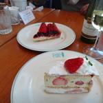 Santo Santo CAFE DINING - ベリーのタルト+苺のミルフィーユ&白wine