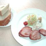 腸詰屋 - 厚切りハムがうれしいハムステーキセット(パン付)。ボリュームたっぷり! 1300円
