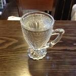 カフェ ダミアーノ - お水もこんなに可愛らしいグラス入ってます。