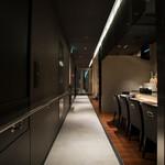 和食鉄板 銀座 朔月 - 江戸の街道をイメージした石畳の廊下