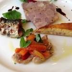 オステリア - 前菜4種盛(上から時計回りで、鴨のパテ・ベーコンのキッシュ・せせりのマリネ・イワシのオイル漬