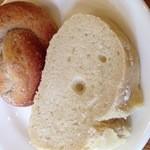 オステリア - 右は塩を使わない小麦の香りがしますよと紹介のあったパン。