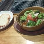 まんまーる - アグー豚と春野菜のアヒージョ フランスパンと一緒にどうぞ