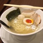 らーめん 鶏喰 - 塩ラーメン(麺半分+味玉半分)