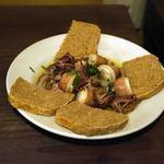 ビストロ・ラ・トルチュ - 無料♪の子持ちヤリイカのオイル煮と自家製パン。これがうまい。(立ち飲みの時)