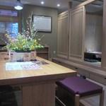 hitsumabushiwashokubinchou - 清潔感のある店内はカウンター席やテーブル席、宴会も出来る小上がりのテーブル席のお座敷と多種多様でどんな客層にも対応できる様になってます。