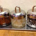 欧風カレー ボンディ - 薬味3種(福神漬け、らっきょう、干しブドウ&ココナッツ)