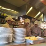 インド料理 ダルバール - 初日は3人でも大忙しです