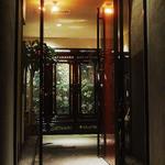 炭火焼肉 羅山 - エントランス/韓国の螺鈿(ラデン)家具がお客様をお迎えします。