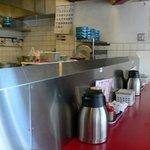 総大醤 - 店内はカウンターのみです。 赤いテーブルに黒の丸イスです。