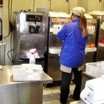 ソフトクリーム工房 - お姉さんがグールグル