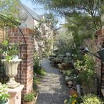 メディーナ - 駐車場から素敵な中庭に入って行くと・・・