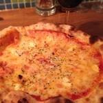 17843766 - クリームチーズとアンチョビのピザ ¥500                       チーズとトマトソースに押されてアンチョビが感じられないのが残念。。                       でも値段を考えると十分満足です^^