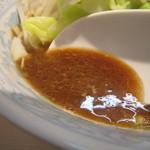 陸 - スープの色が、前回より更に濃くなってる。              でも、温くてパンチがない。              どうしちゃったんだろう??