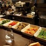 ラ カレッタ - カウンターに前菜がずらりと並ぶ