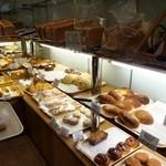 バックハウス・イリエ   - もちろんクリームパン以外のパンも一杯売ってます