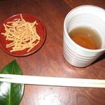 うぶすな - 揚げ蕎麦。椿の箸置きが季節感を醸し出します!