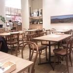 ピッツェリア&バー マーノエマーノ - 店内の様子、かなり広いです。
