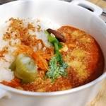 モノイレ カフェ - ひき肉とお豆のトマトチーズカレー