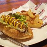ホットドッグ・カフェ ブラッツ - ホットドッグセット(ホットドッグ+ポテト+セットドリンク ¥700) 画像はオリジナルブラッツ