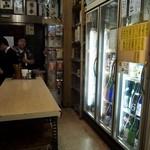 大西酒店 - 日本酒が入った冷蔵庫がずらり