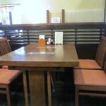 新三浦 - 私も12時前にお伺いしましたが店内はほぼ満席、なんとかテーブル席に空きがあったので座らせて頂いて食事です。