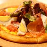 ベジラボ - 生ハムとゆで卵のサラダピザ