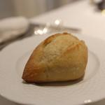 オーグードゥジュール メルヴェイユ 博多 - 無くなれば無言でサーブしていただけます^^ バターも美味しい。